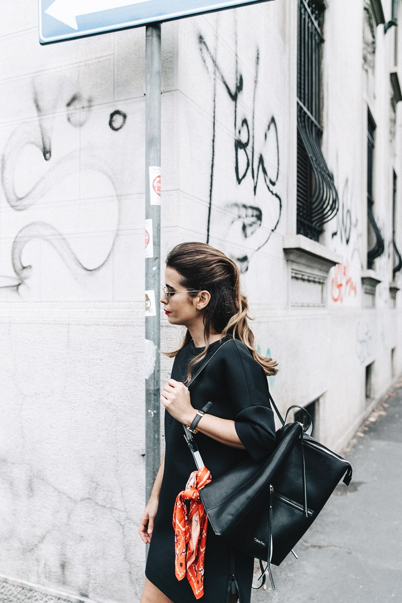 Neoprene_Dress-Calvin_Klein-Black-Backpack-Mary_Janes_Shoes-Topshop-Bandana-RayBan_Rounded_Sunnies-Outfit-Street_Style-MFW-Milan_Fashion_Week-4