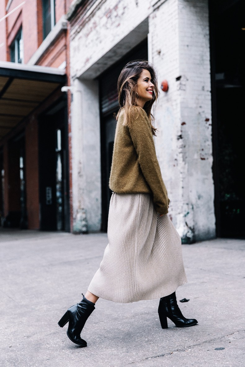 Pleated_Midi_Skirt-Khaki_sweater-Black_Booties-Proenza_Schouler_Bag-NY-New_York_City-Meatpacking-Outfit-Street_Style-Collage_Vintage-23