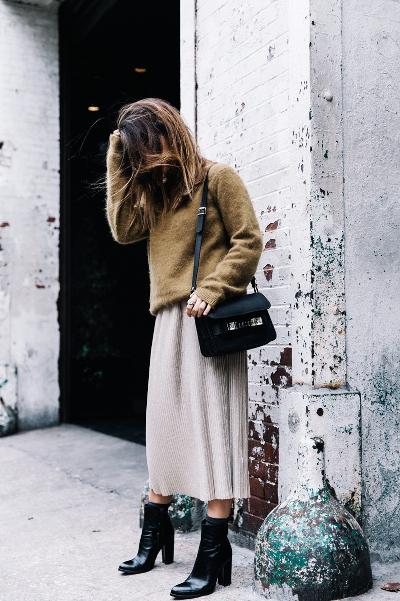 Pleated_Midi_Skirt-Khaki_sweater-Black_Booties-Proenza_Schouler_Bag-NY-New_York_City-Meatpacking-Outfit-Street_Style-Collage_Vintage-25