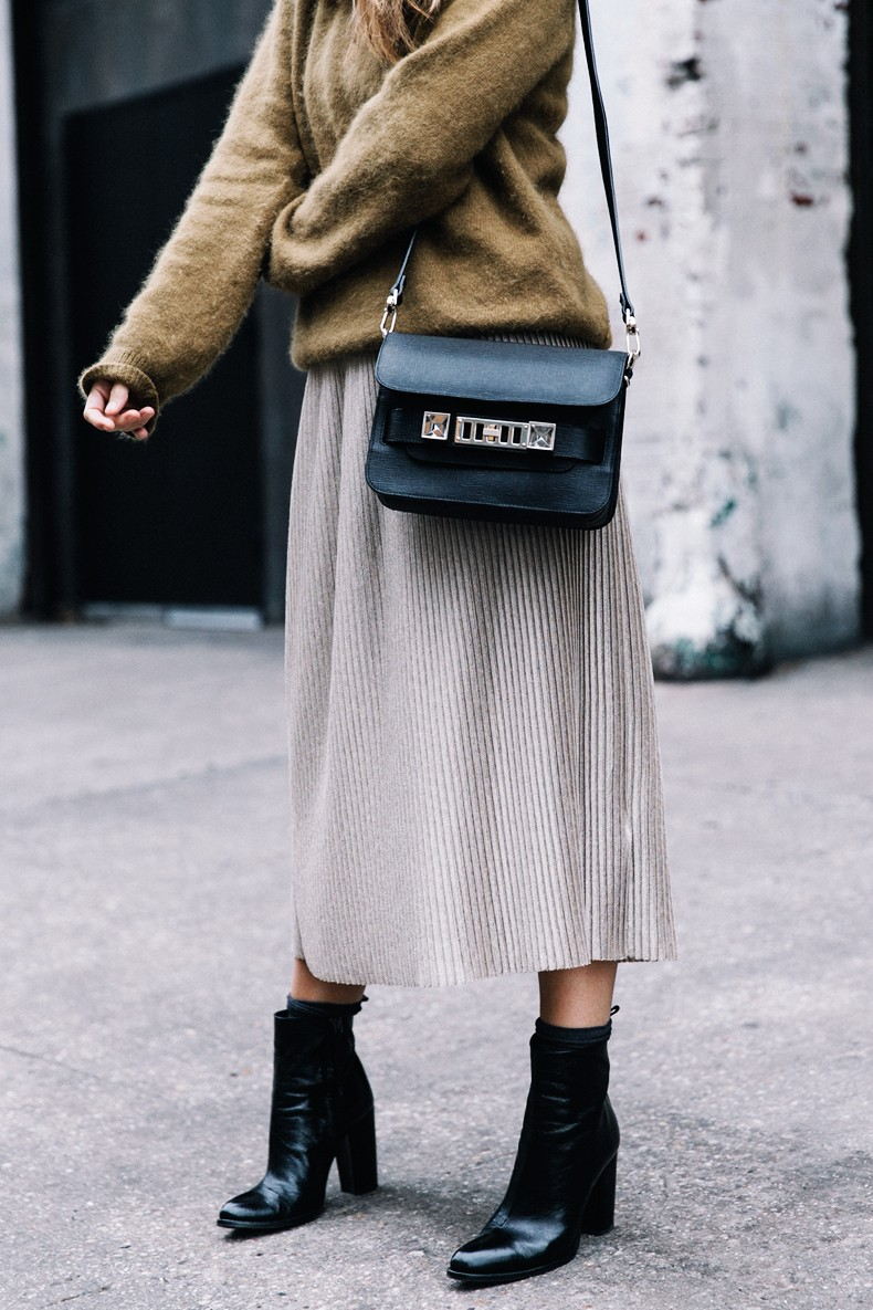 Pleated_Midi_Skirt-Khaki_sweater-Black_Booties-Proenza_Schouler_Bag-NY-New_York_City-Meatpacking-Outfit-Street_Style-Collage_Vintage-4