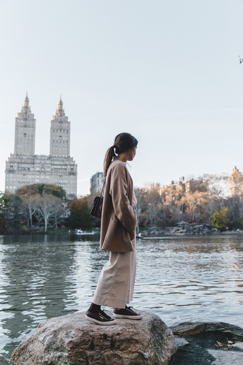 Central_Park-Beige_Coact-Gucci_Bag-Superga_Sneakers-Culottes-Nude_Outfit-Collage_Vintage-Street_Style-1