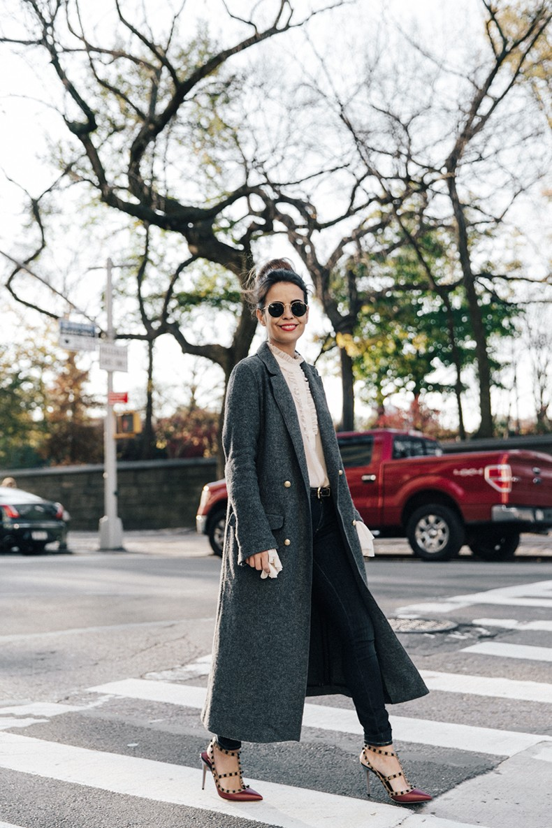 Guggeheim-Grey_Long_Coat-Ruffled_Shirt-Guess_Jeans-Valentino_Shoes-Chanel_Vintage_Bag-Outfit-Look_Of_The_Day-NY-20