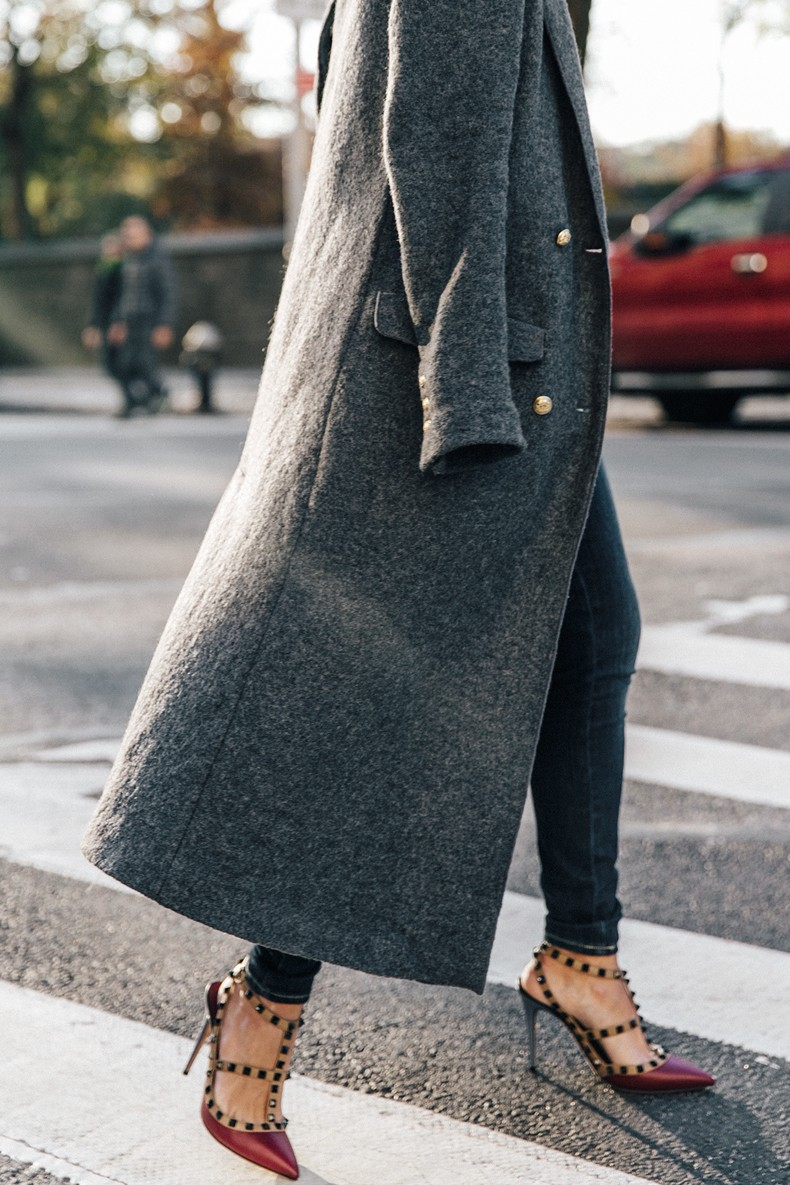 Guggeheim-Grey_Long_Coat-Ruffled_Shirt-Guess_Jeans-Valentino_Shoes-Chanel_Vintage_Bag-Outfit-Look_Of_The_Day-NY-27