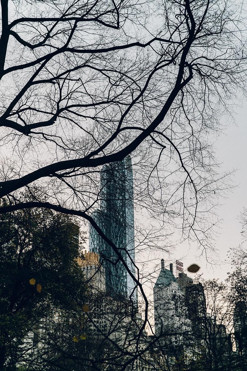 Kaiku_Caffe-Nada_Sabe_Igual-Central_Park-Sweatshirt-Winter-Jeans-Sandro_Sneakers-