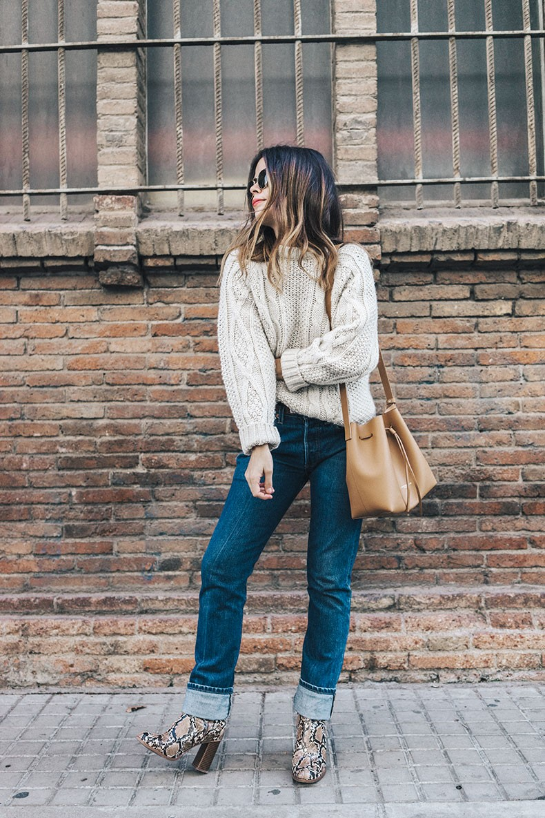 Levis_Vintage-White_Knit-Snake_Effect_Booties-Lancaster_Paris-Bucket_Bag-Outfit-Street_Style-25
