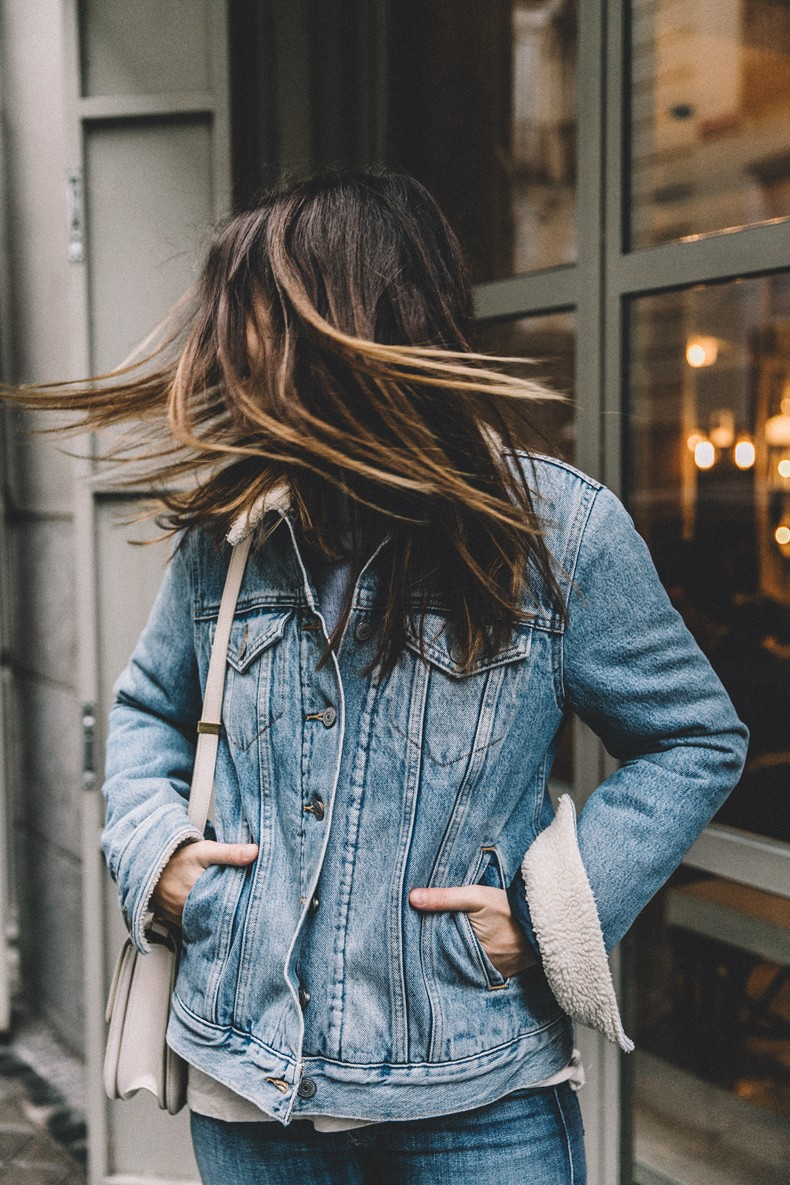 Mother_Jeans-Ripped_Jeans-Light_Blue_Sweater-Denim_Jacket-Levis-Outfit-Blue_Boots-Street_Style-54