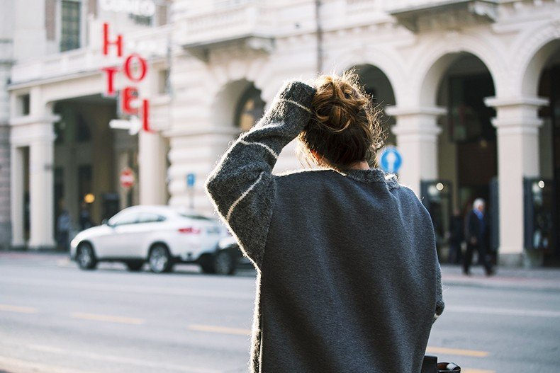Stella_McCartney-N21_Sweater-Bally_Bag-Outfit-BrunaRosso-Cuneo-Topknot-Grey_Look-Collage_Vintage-Street_Style-5