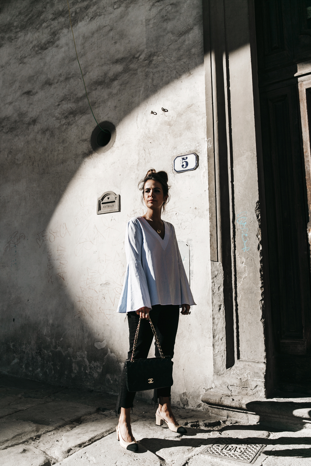 Florence-Collage_On_The_Road-Black_Jeans-Chanel_Slingback_Shoes-Blue_Shirt-Uterque-Topknot-Outfit-11