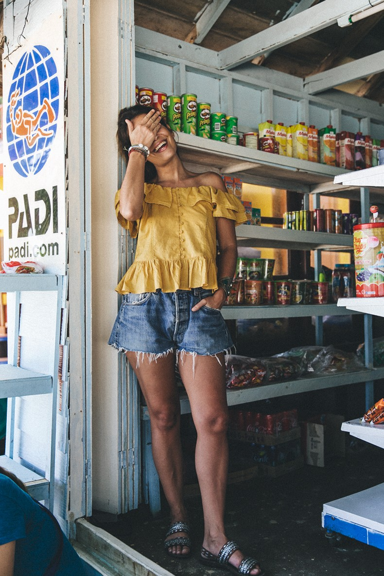 Thailand_Revolve_Clothing-Off_The_Shoulders_Top-Yellow_Shirt-Levis_Vintage-Backpack-Outfit-Street_Style-Beach_Loook-7