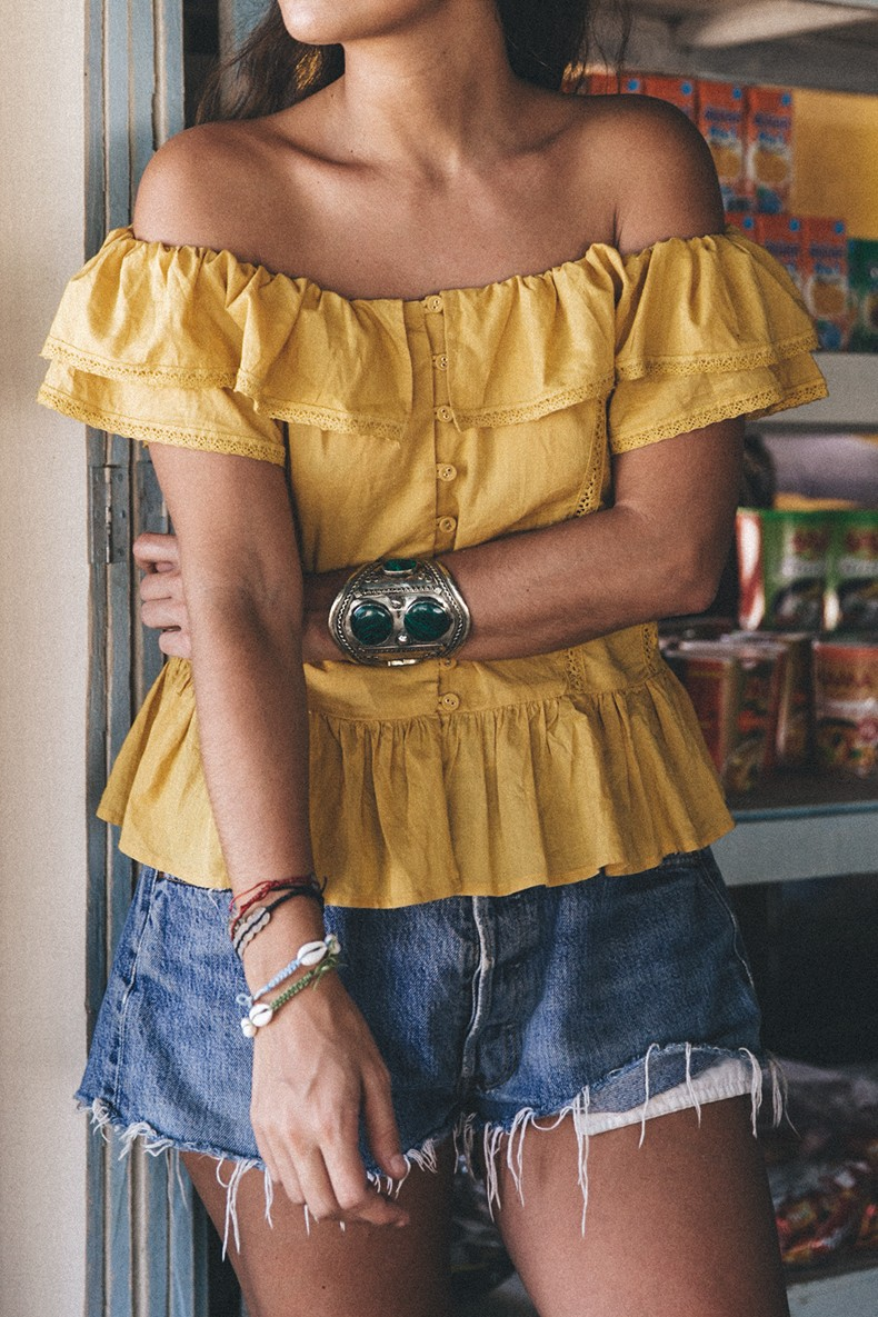 Thailand_Revolve_Clothing-Off_The_Shoulders_Top-Yellow_Shirt-Levis_Vintage-Backpack-Outfit-Street_Style-Beach_Loook-8