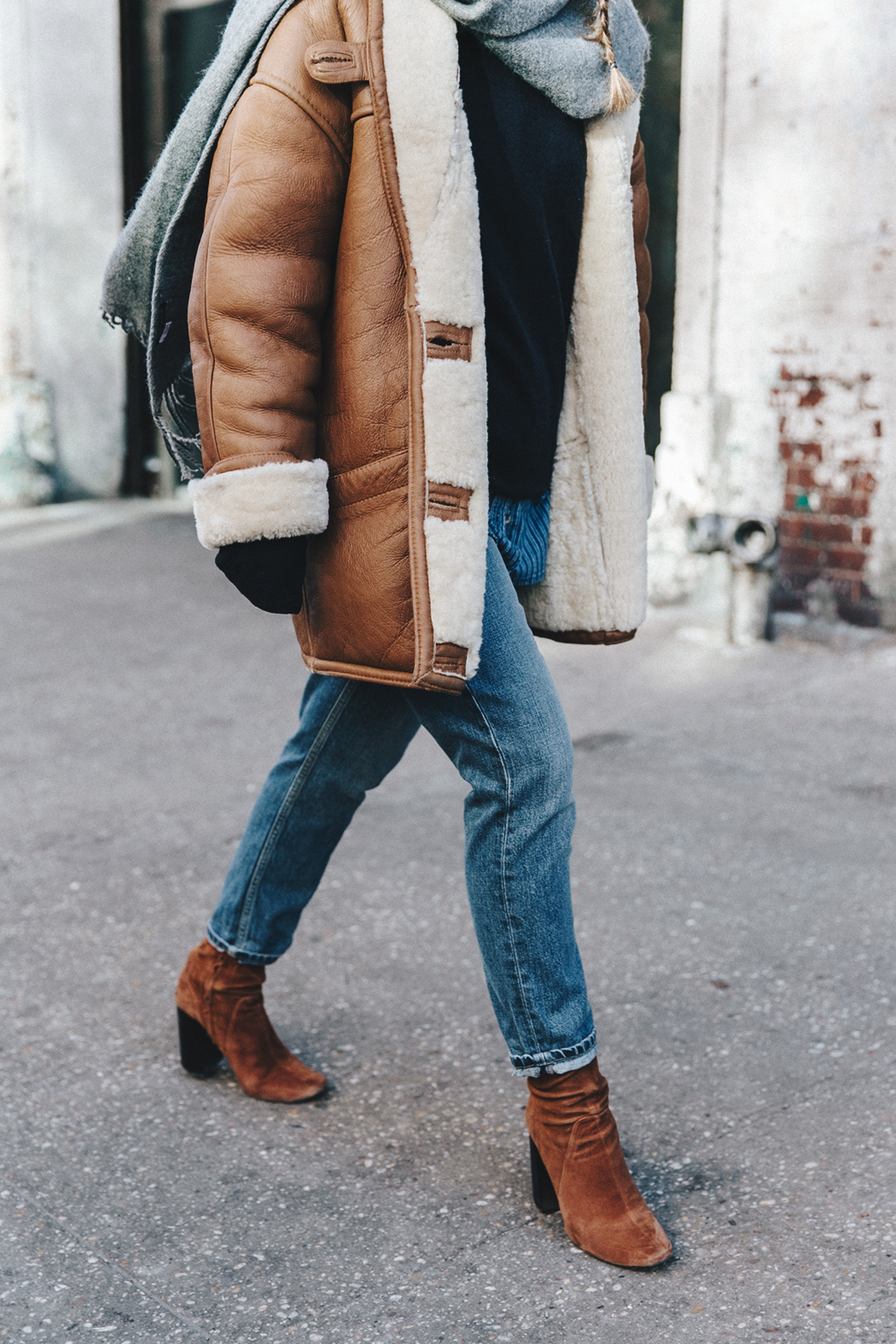 Denim_Lover-Topshop_Jeans-Vintage_Coat-Grey_Scarf-Brown_Booties-Navy_Sweayer-Denim_Shirt-Braids-NYFW-New_York_Fashion_Week-Street_style-Celine_Bag-Vestiaire_Collective-27