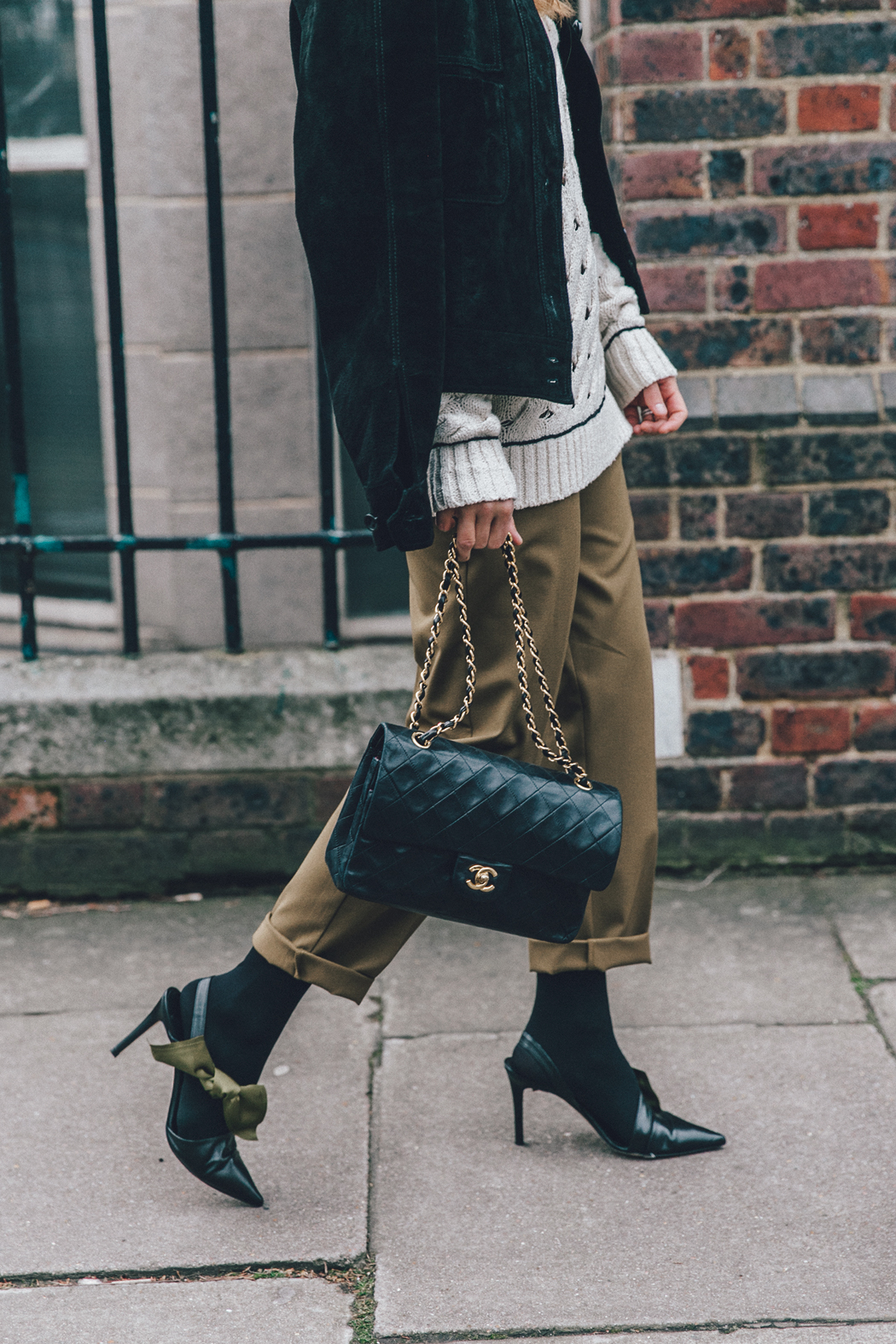 Topshop_Unique-Khaki_Trousers-VNeck_Sweater-Suede_Jacket-Bow_Shoes-Outfit-LFW-London_Fashion_Week_Fall_2016-Street_Style-24