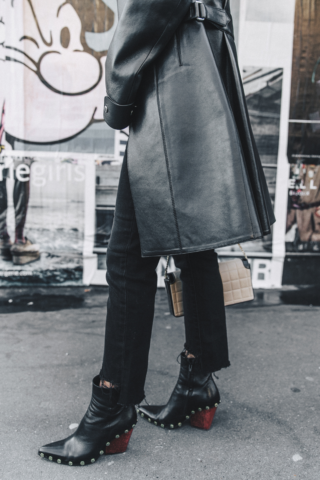 Vestiaire_Collective-Louis_Vuitton_Leather_Coat-Black_and_White-Chanel_Vintage-Celine_Boots-Street_Style-Outfit-PFW-28