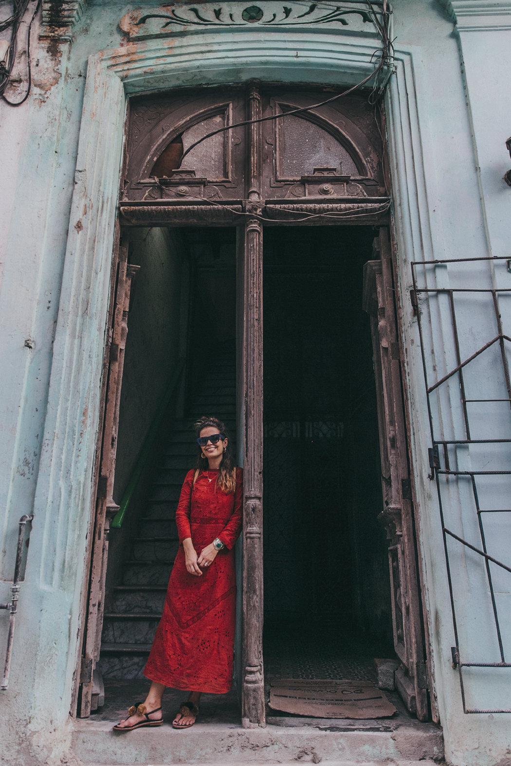 Cuba-La_Habana_Centro-Red_Dress-PomPom_Sandals-Backpack-Sreetstyle-Half_Knot_Hairstyle-Outfit-10
