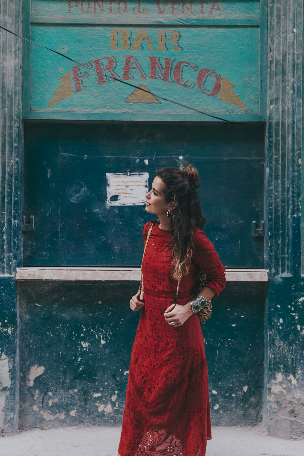 Cuba-La_Habana_Centro-Red_Dress-PomPom_Sandals-Backpack-Sreetstyle-Half_Knot_Hairstyle-Outfit-11