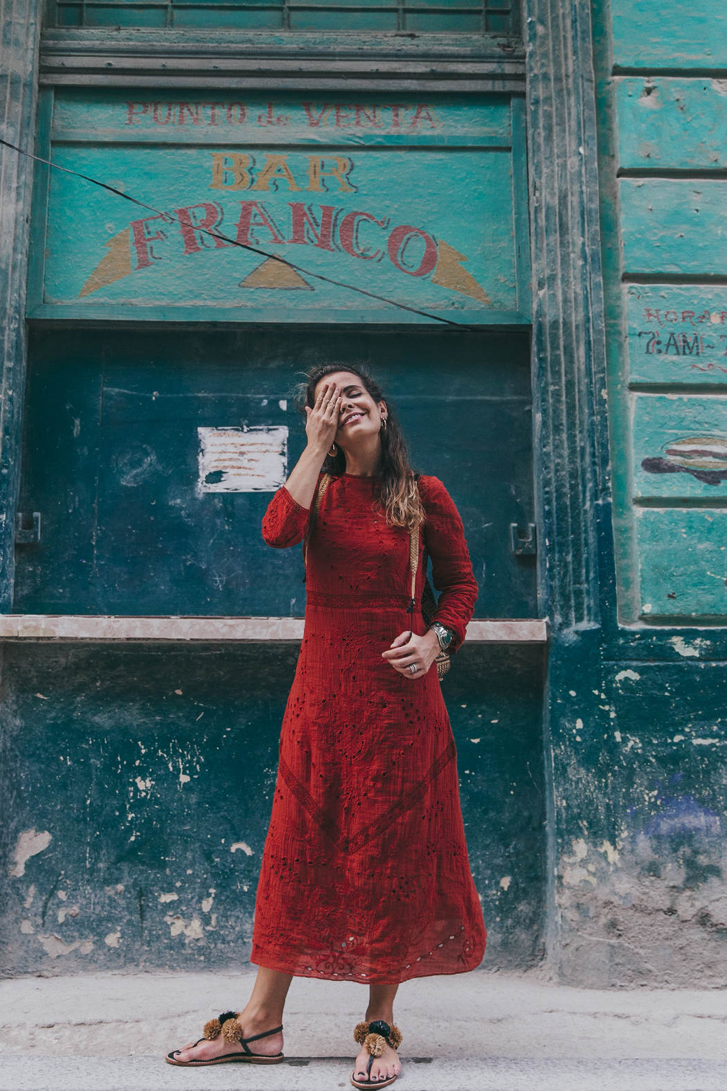 Cuba-La_Habana_Centro-Red_Dress-PomPom_Sandals-Backpack-Sreetstyle-Half_Knot_Hairstyle-Outfit-15