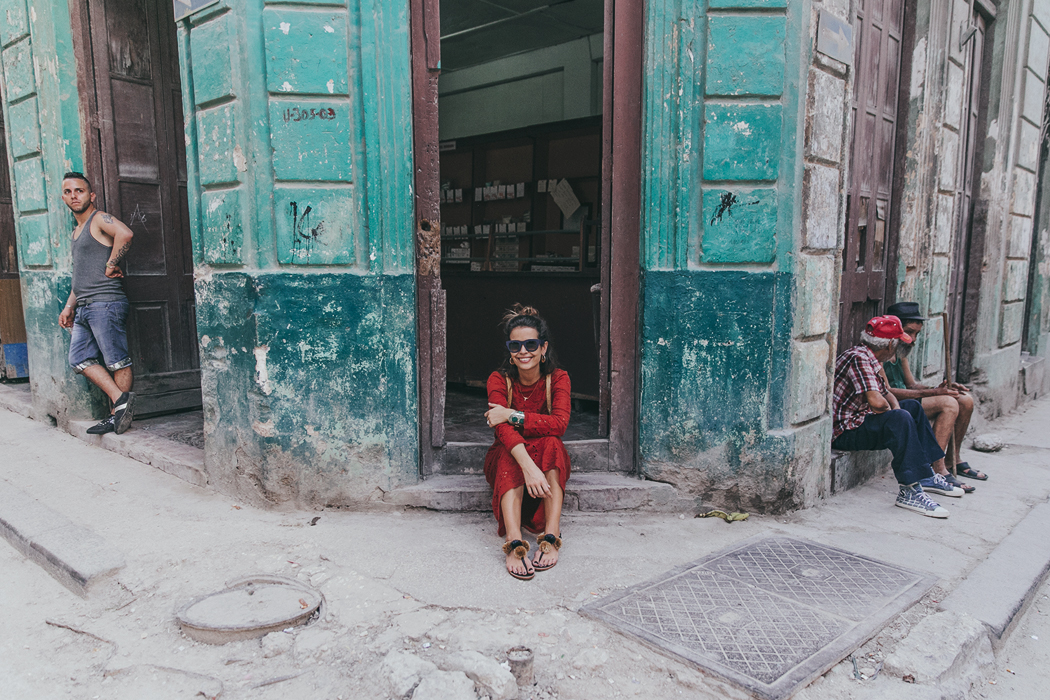 Cuba-La_Habana_Centro-Red_Dress-PomPom_Sandals-Backpack-Sreetstyle-Half_Knot_Hairstyle-Outfit-21