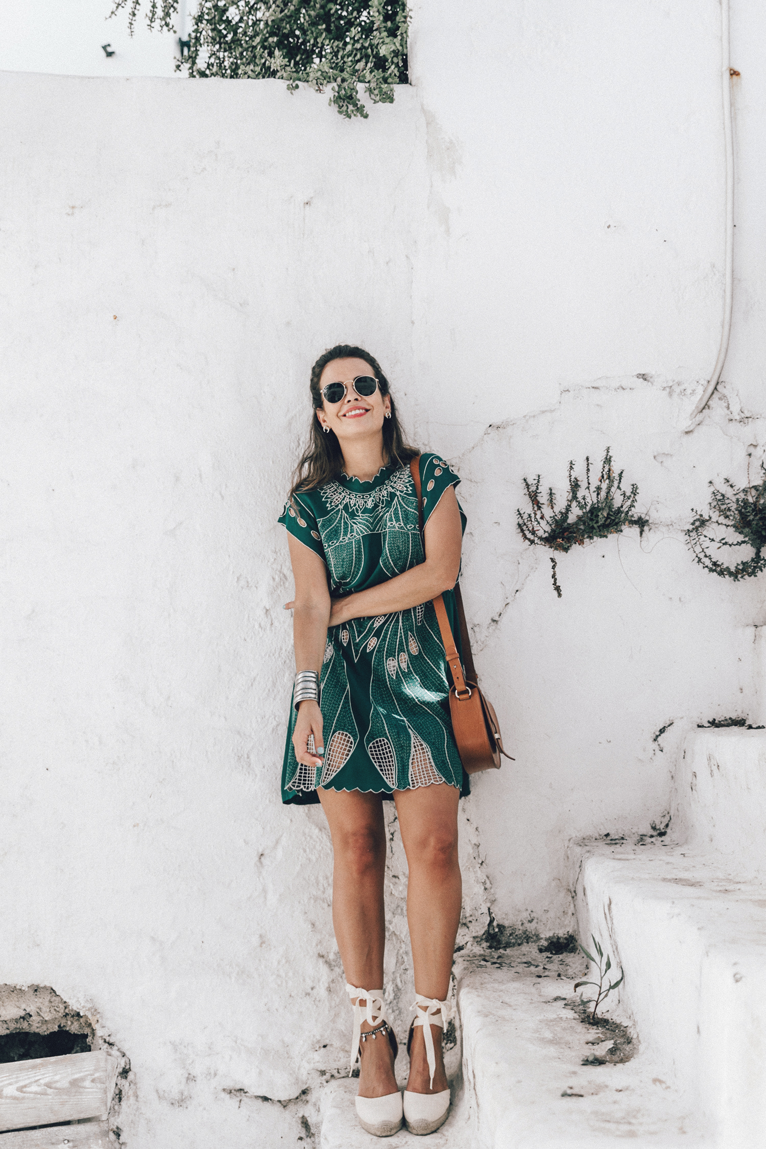 Tularosa_Dress-Soludos_Escapes-Soludos_Espadrilles-Sezane_Bag-Leather_Crossbody_Bag-Boho_Outfit-Look-Ray_Ban-Street_Style-Mykonos-Greece-Collage_Vintage-18-Recuperado