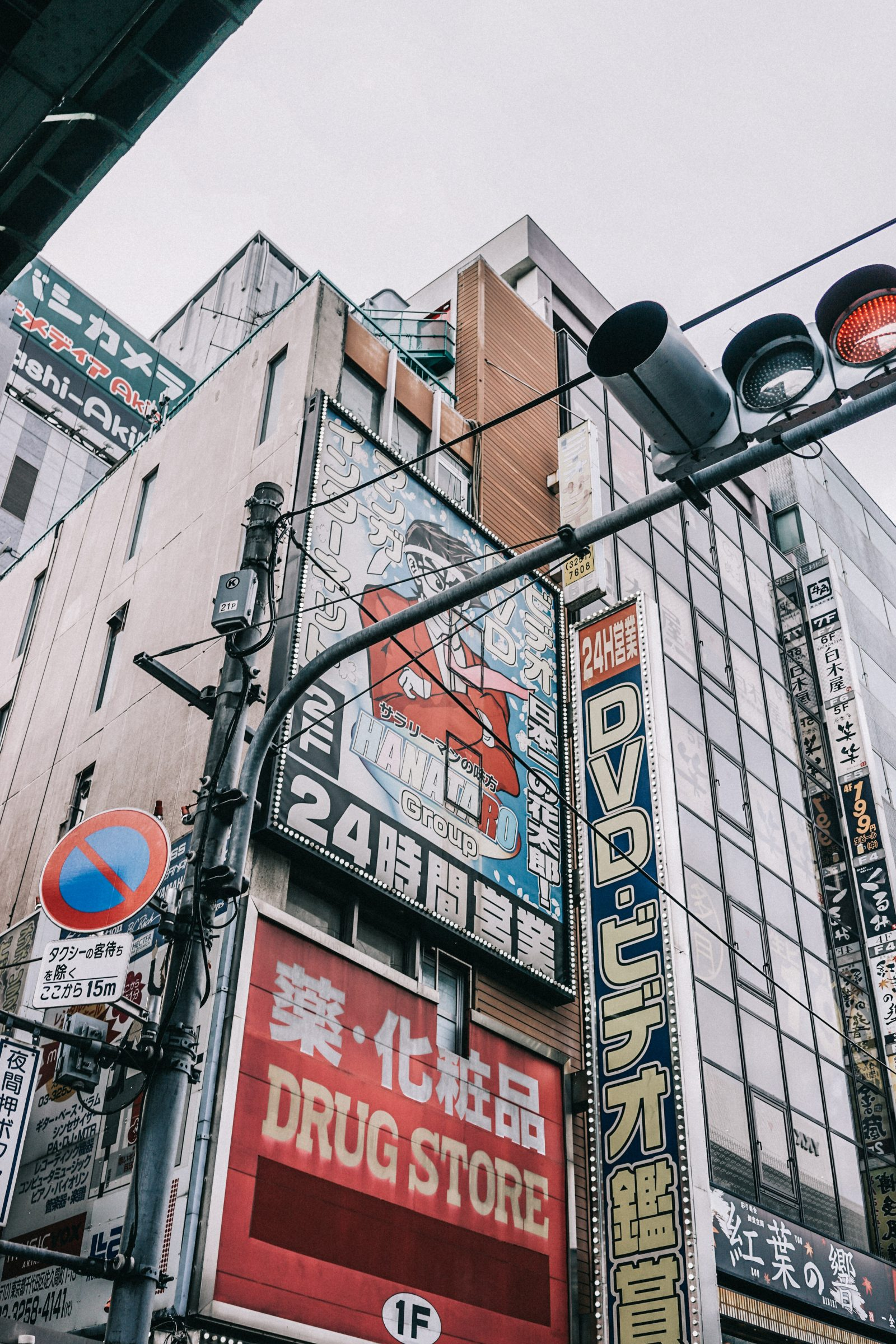 tokyo_travel_guide-outfit-collage_vintage-street_style-lovers_and_friends_jumpsuit-white_outfit-espadrilles-backpack-levis_denim_jacket-akihabara-116