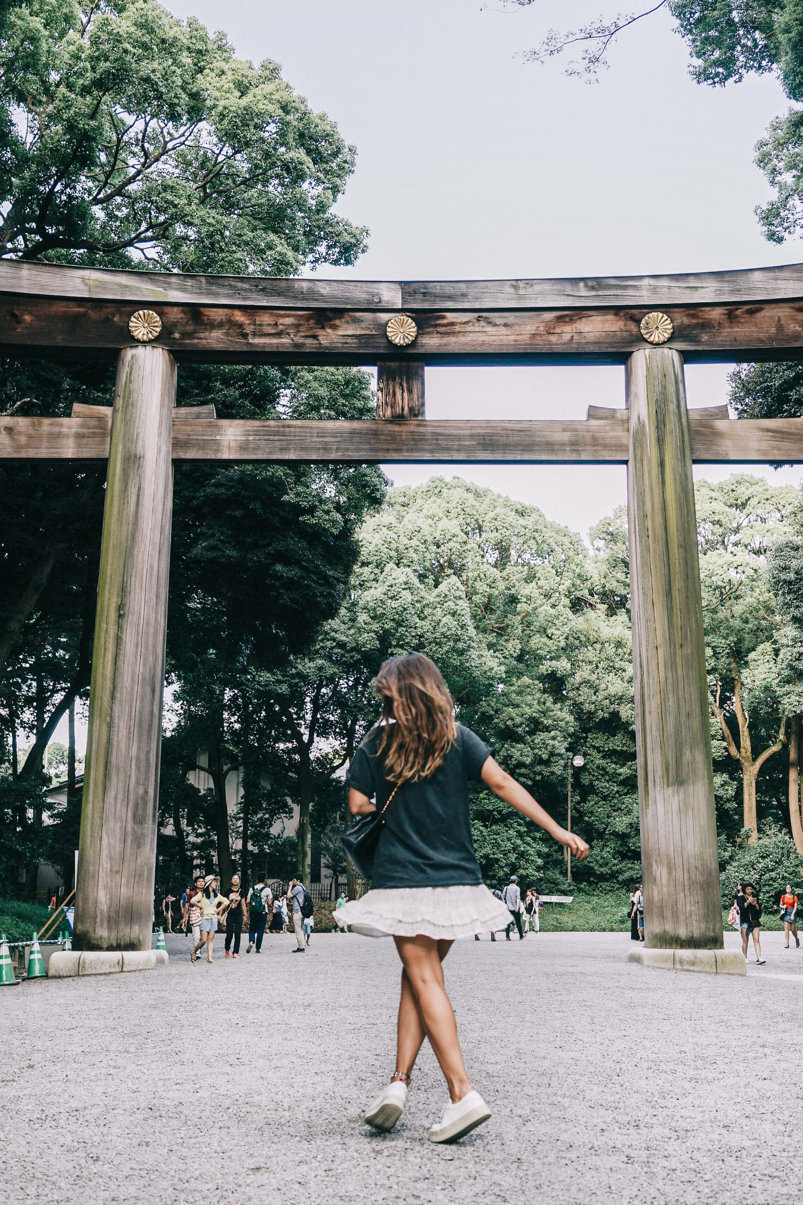 Tokyo_Travel_Guide-Outfit-Collage_Vintage-Street_Style-Top_Mettalica-Brandy_Melville-White_Skirt-Chanel_Vintage-Sneakers-70