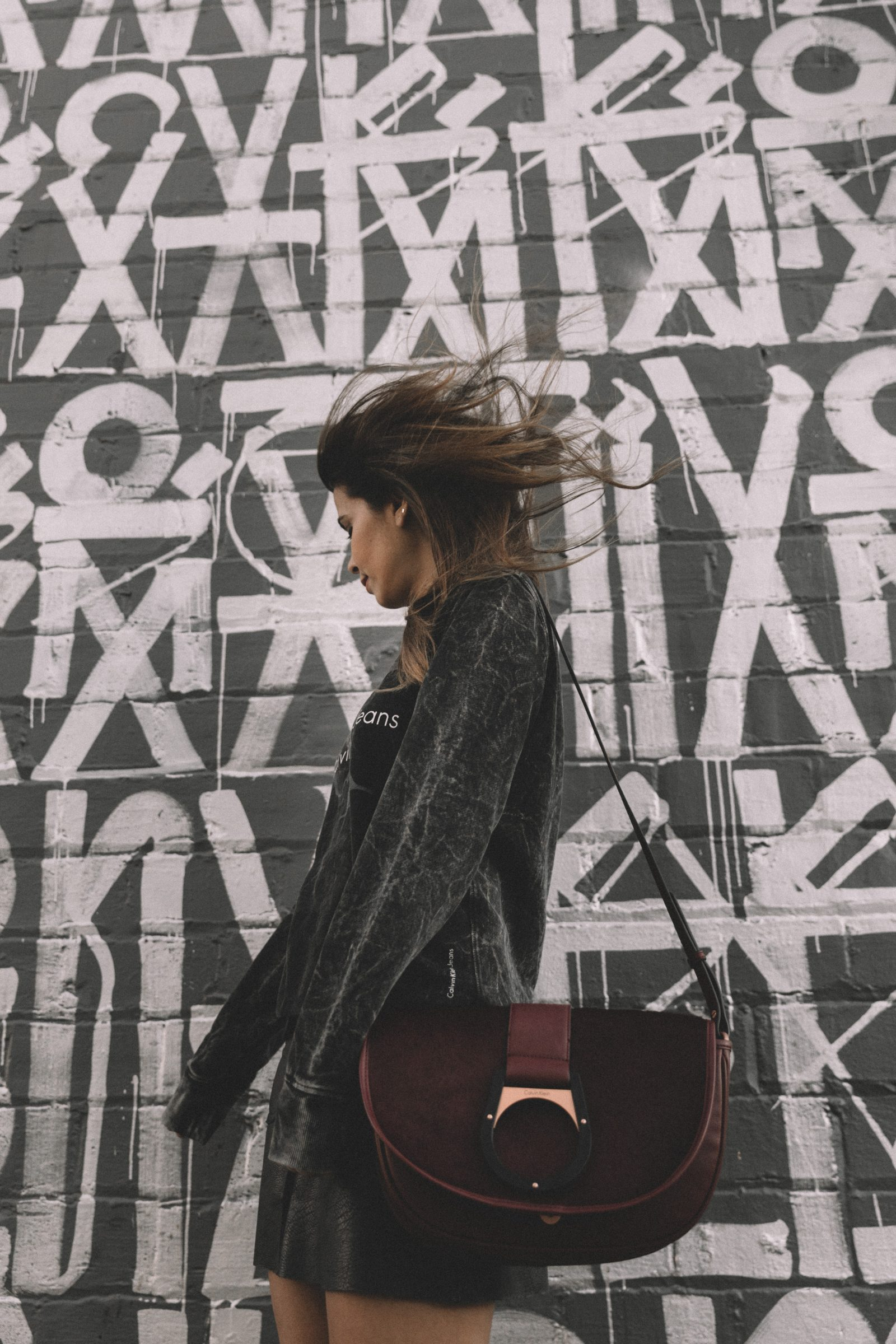 calvin_klein_bag-burgundy_bag-ck_sweatshirt-leather_shirt-total_black_outfit-street_style-los_angeles-collage_vintage