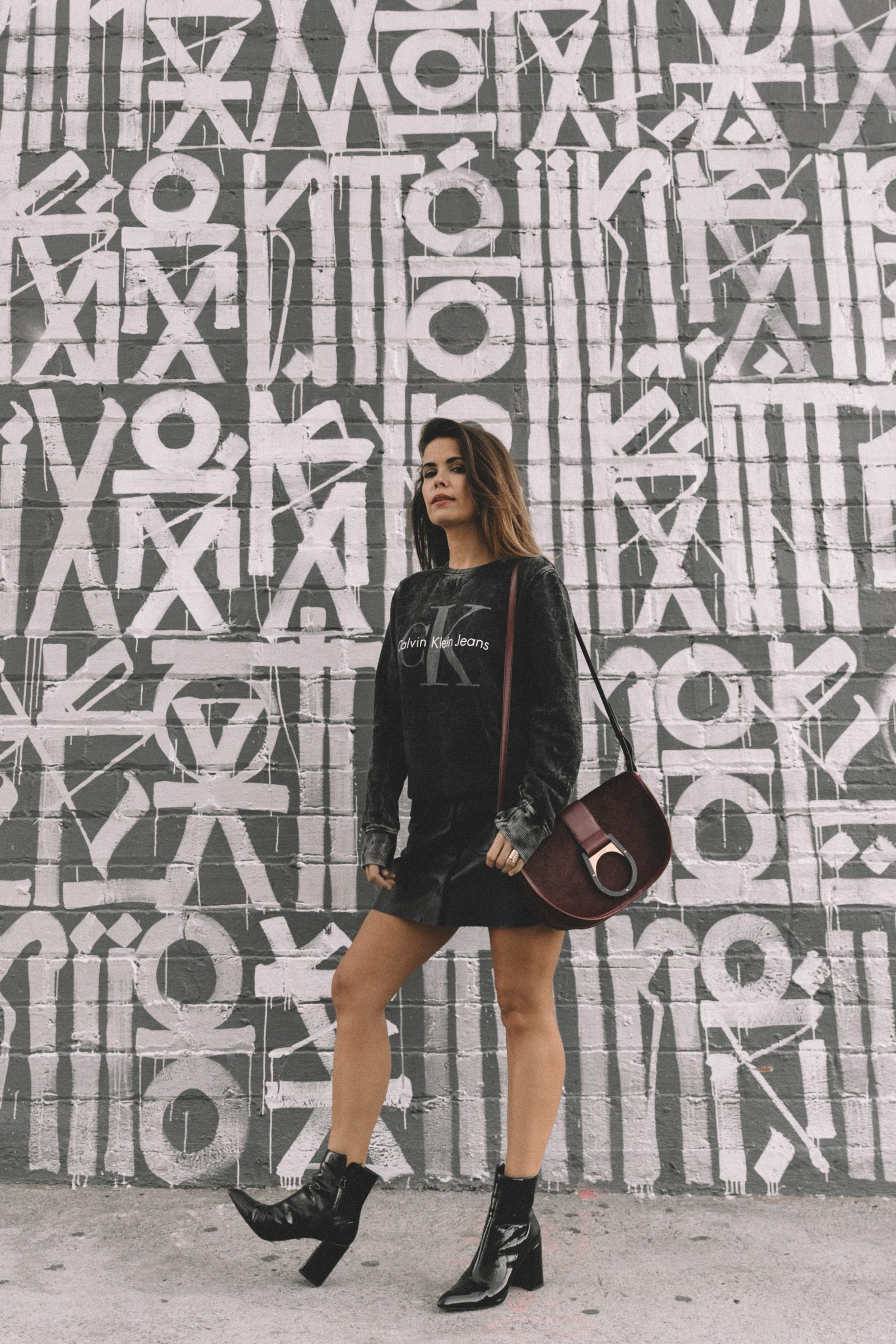 calvin_klein_bag-burgundy_bag-ck_sweatshirt-leather_shirt-total_black_outfit-street_style-los_angeles-collage_vintage-22