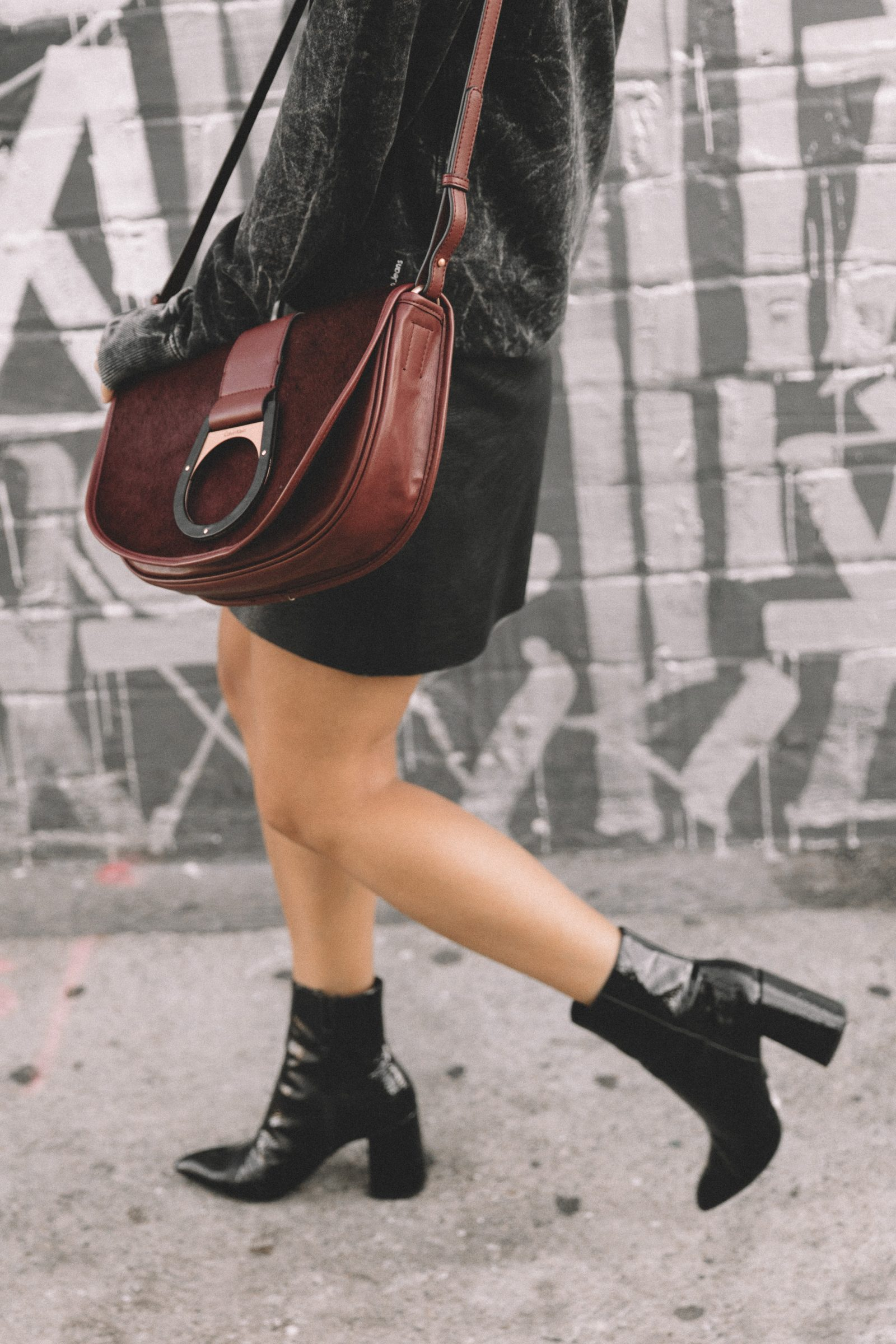 calvin_klein_bag-burgundy_bag-ck_sweatshirt-leather_shirt-total_black_outfit-street_style-los_angeles-collage_vintage-25