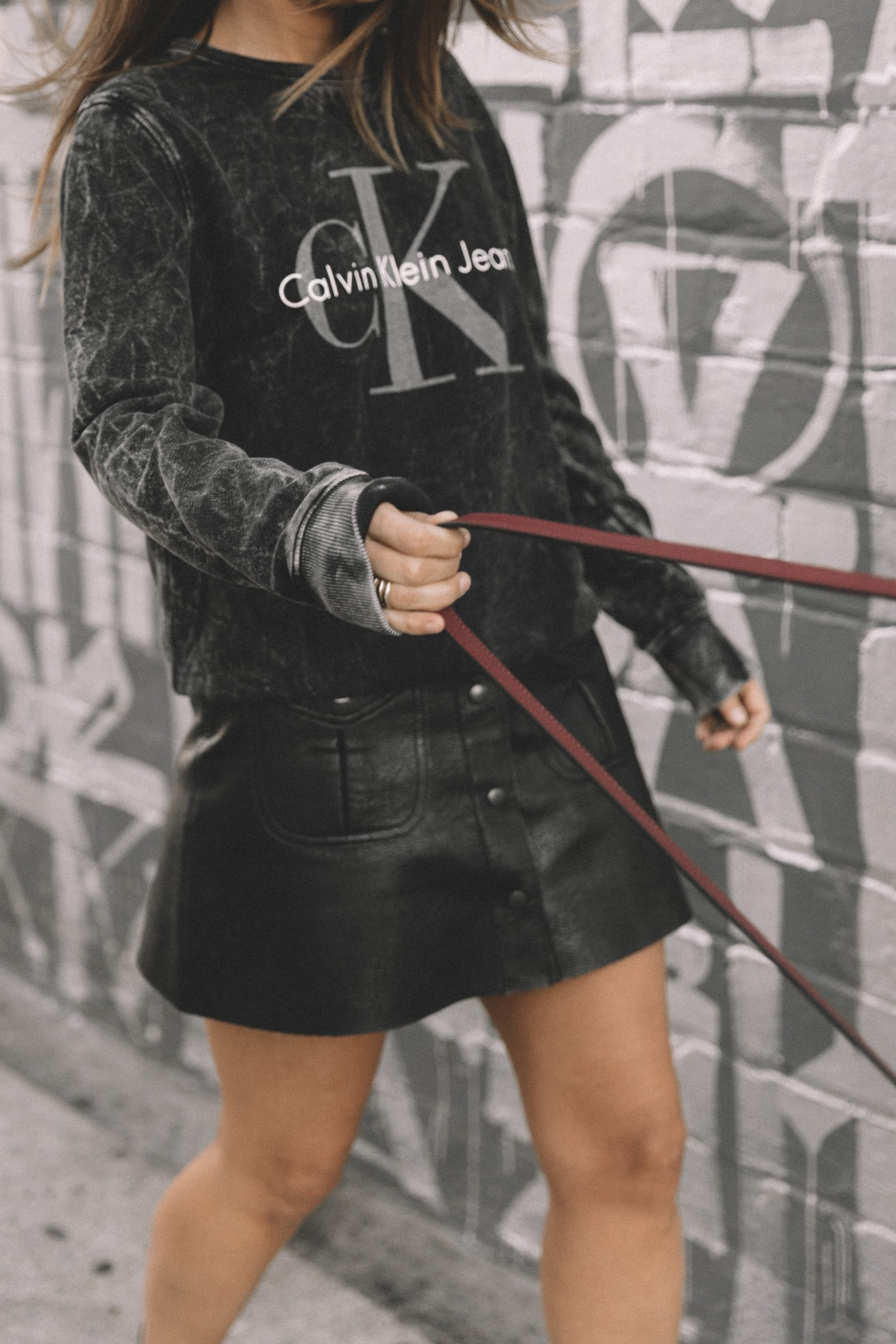 calvin_klein_bag-burgundy_bag-ck_sweatshirt-leather_shirt-total_black_outfit-street_style-los_angeles-collage_vintage-27
