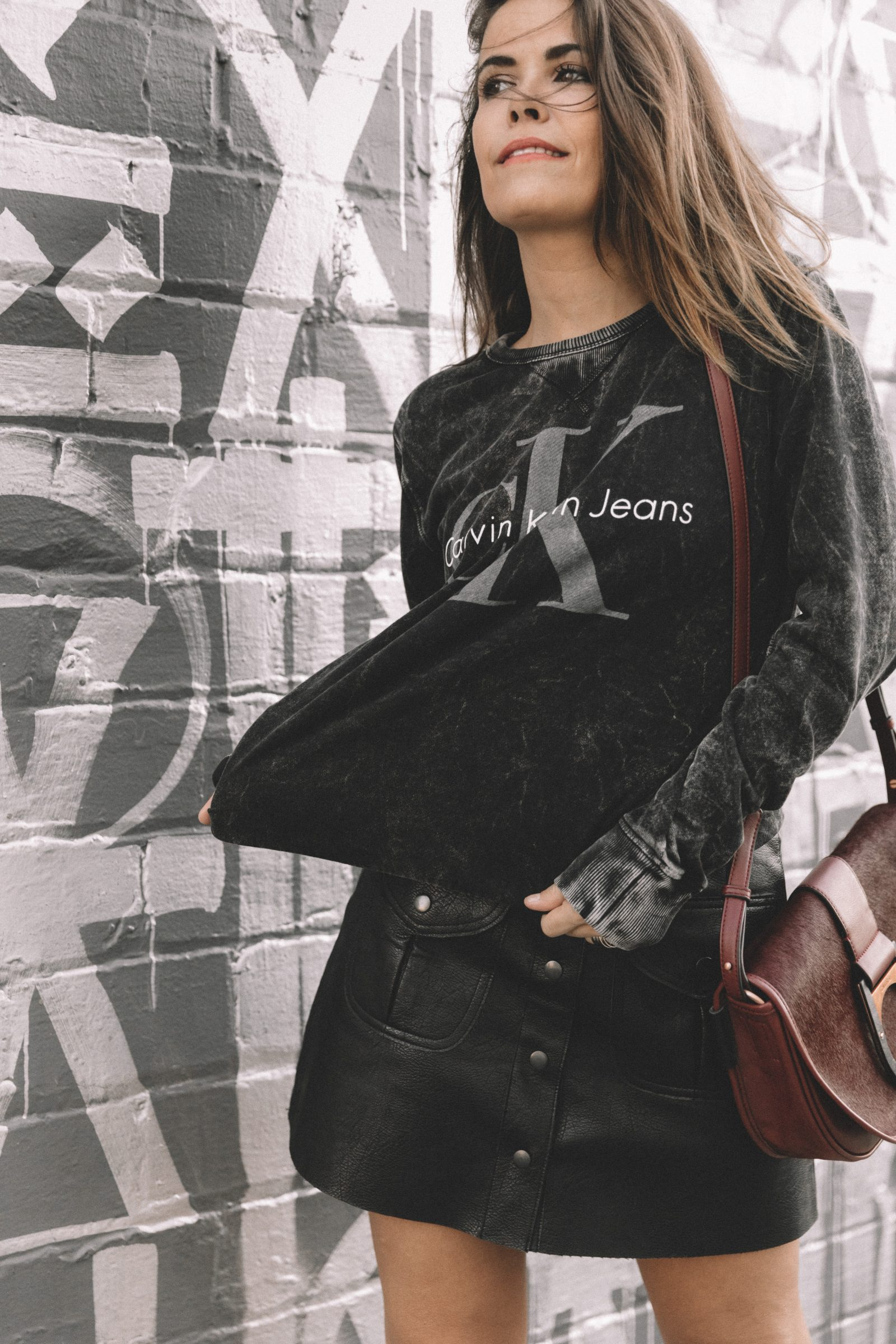 calvin_klein_bag-burgundy_bag-ck_sweatshirt-leather_shirt-total_black_outfit-street_style-los_angeles-collage_vintage-37