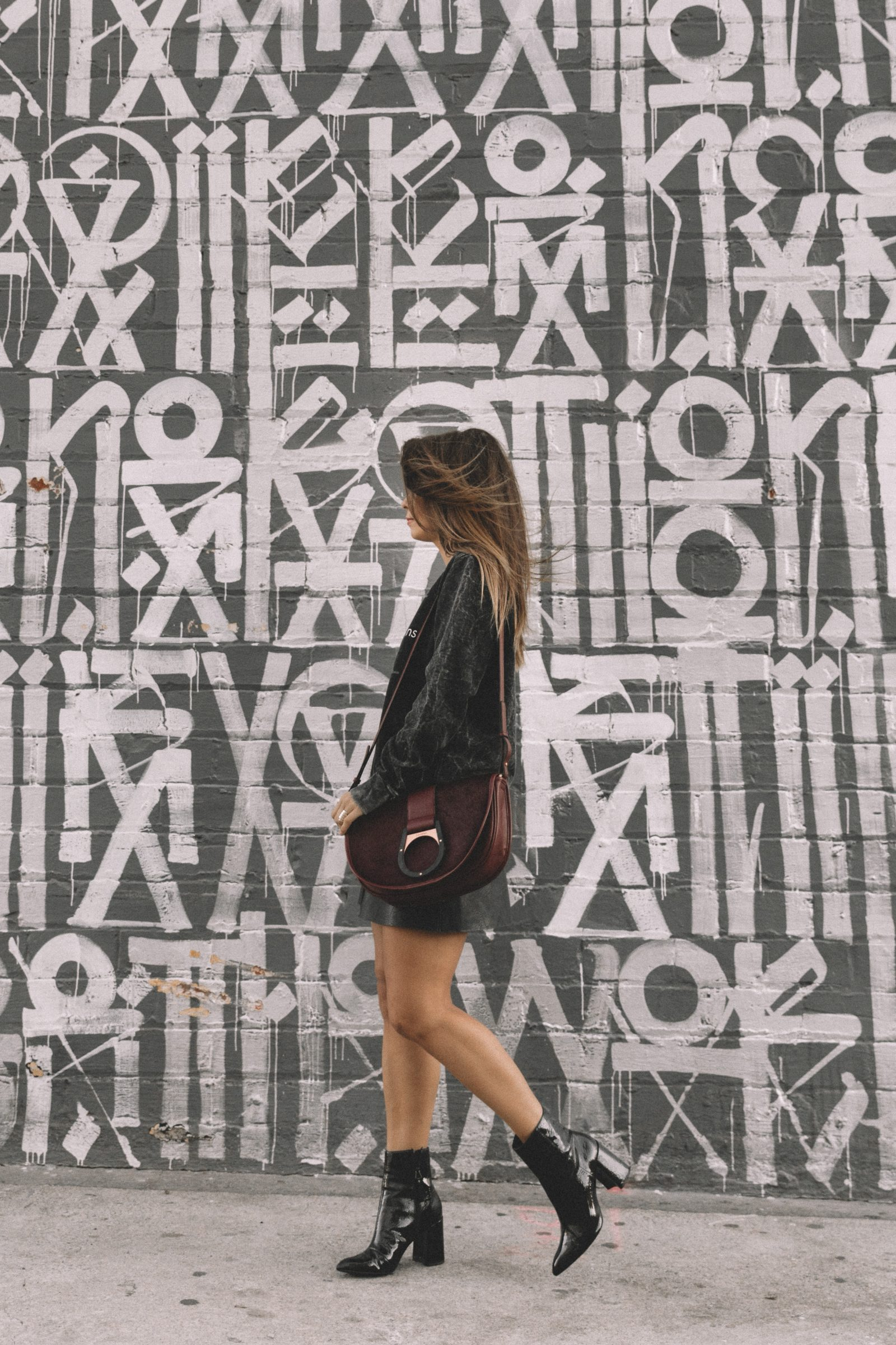 calvin_klein_bag-burgundy_bag-ck_sweatshirt-leather_shirt-total_black_outfit-street_style-los_angeles-collage_vintage-44