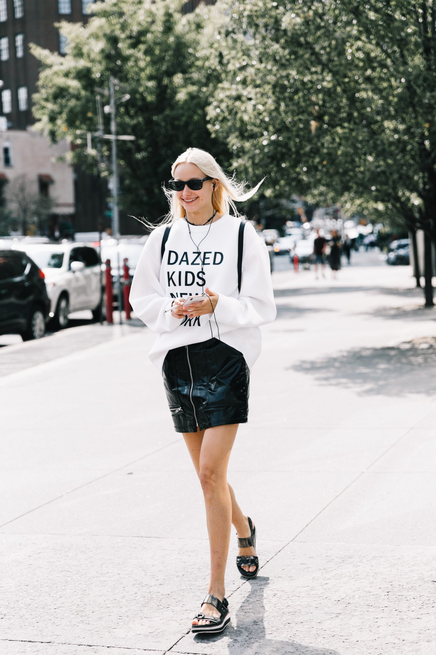 So Special Shirts That Don T Need Anything More Red Lips And Running Shoes Become The Protagonists Of Look Street Style Images On Vogue Es